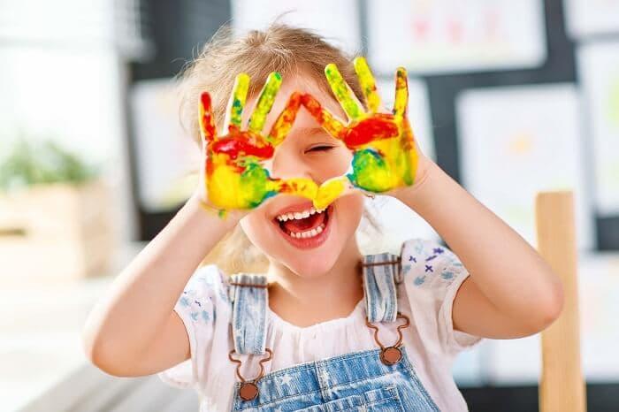 絵の具で遊ぶ少女