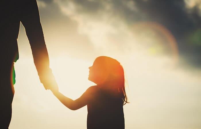 親と手を繋ぐ少女