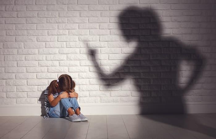 ママに怒られ泣く少女
